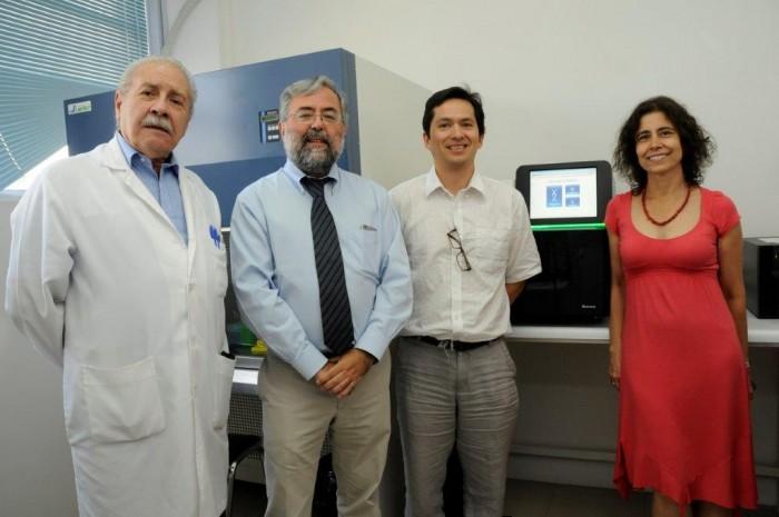 De izquierda a derecha: Dr. Rafael Blanco, Director Programa Genética de Humana. Dr. Manuel Kukuljan, Decano Facultad de Medicina. Dr. Ricardo Verdugo, Director Proyecto FONDEQUIP EQM140157. Dra. Lucía Cifuentes, Directora Proyecto ChileGenómico